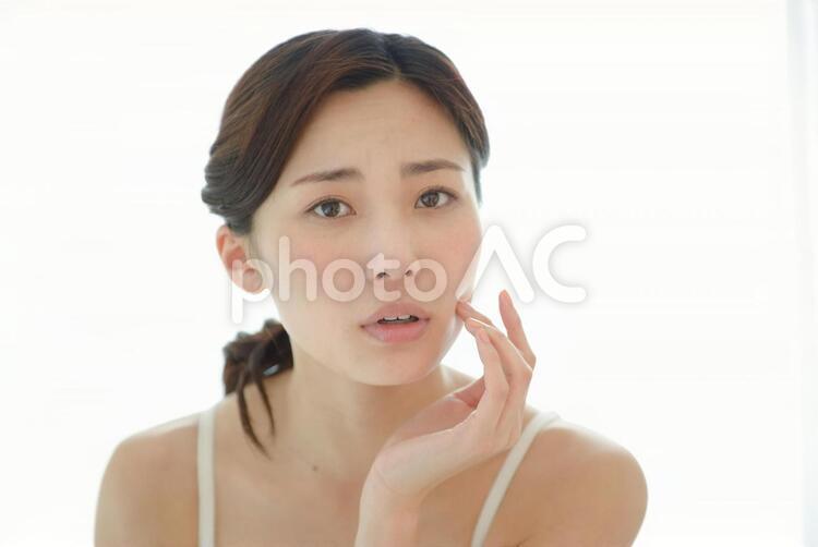 頬に手を触れる女性17の写真