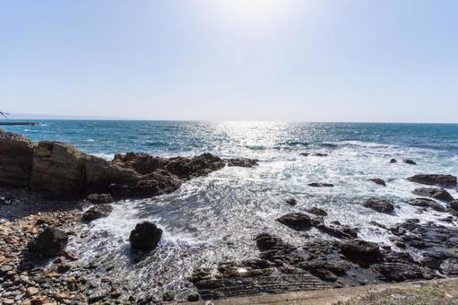 절벽에 부딪히는 파도와 광대 한 바다