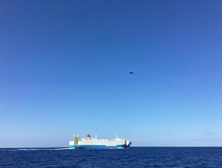 오키나와의 바다와 배와 비행기