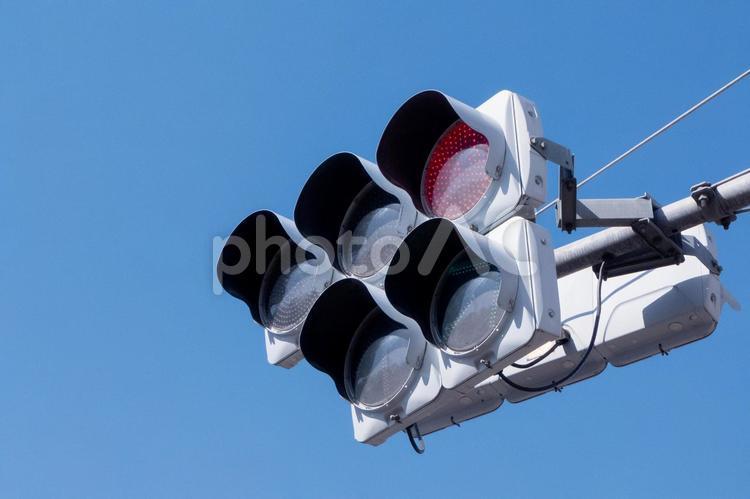 青空と赤信号の写真
