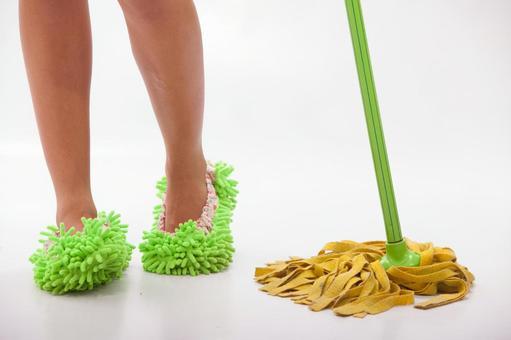 在清洗脚拖地31