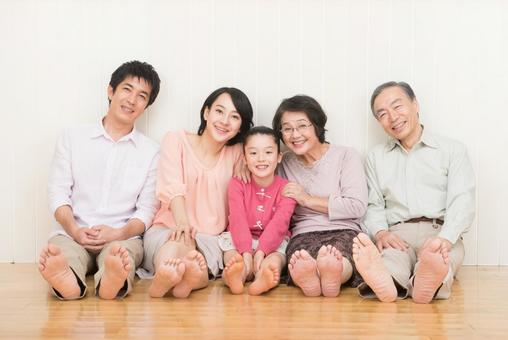 Good friend Three generations family (sit on the floor) 3