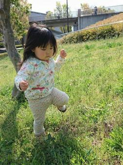 女孩在公園玩耍,孩子們跳繩,孩子們