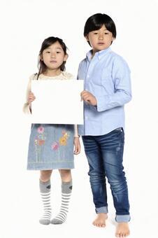 女孩和男孩有迷你白板