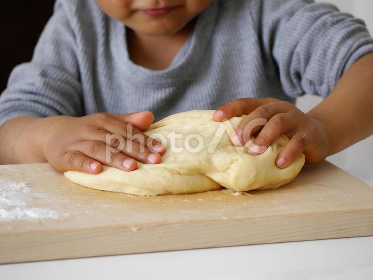 子供とパン作りの写真