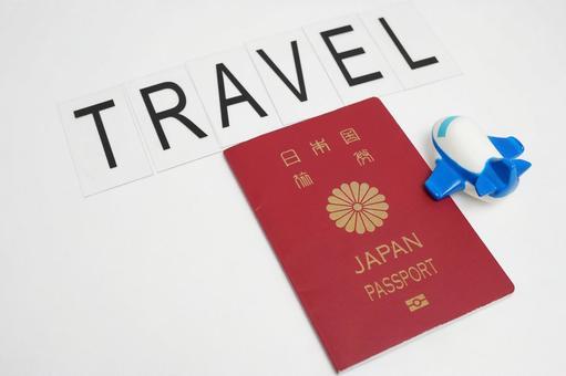 여권과 비행기에 의한 해외 여행 이미지