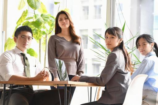 オフィスで会議をする笑顔の男性と女性のビジネスマン
