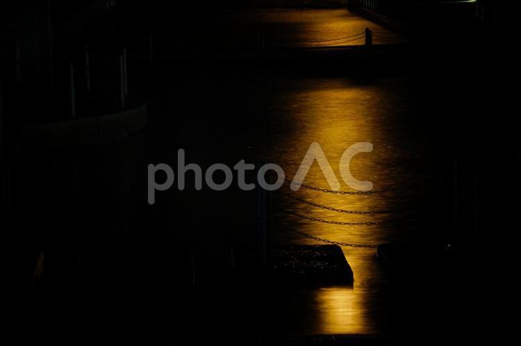 水面に反射する月明かりの写真