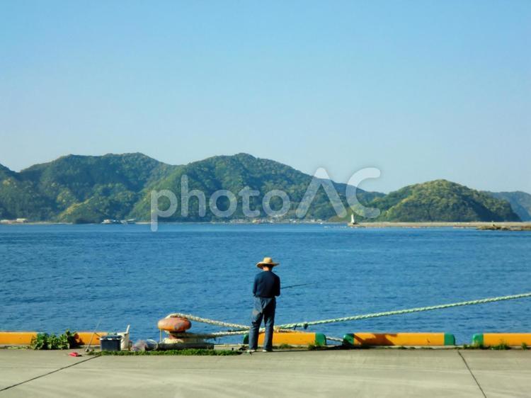 釣りを楽しむシニア男性の写真