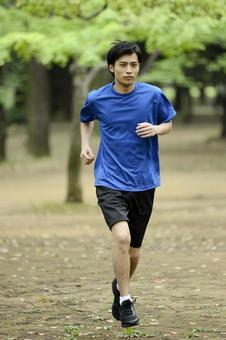 男人11到公园跑步