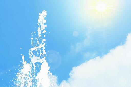 여름 하늘과 물보라를 올리는 물