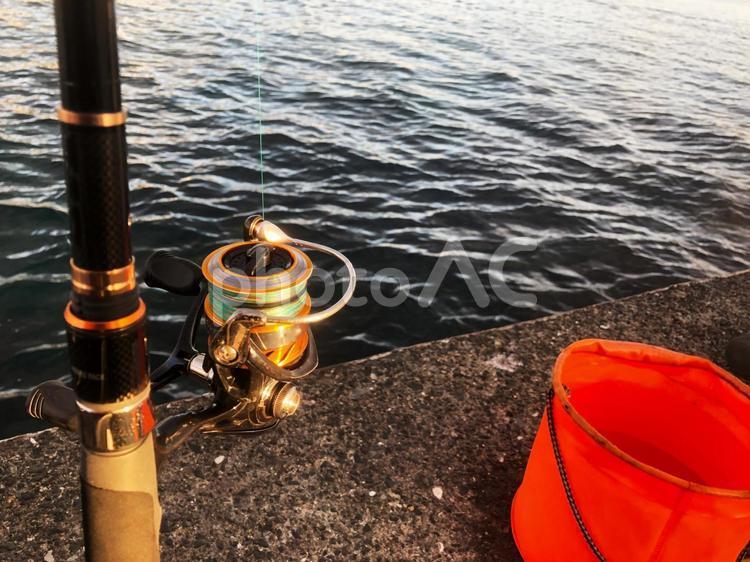 釣り道具と海の写真