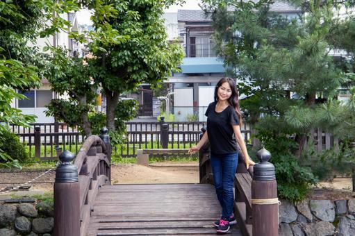 다리 위에서 미소의 여성