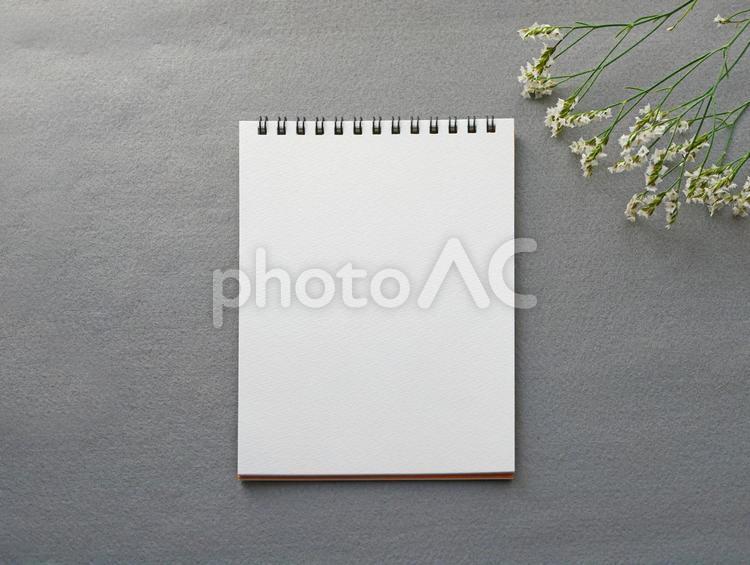 紙とお花 おしゃれなグレーの背景の写真