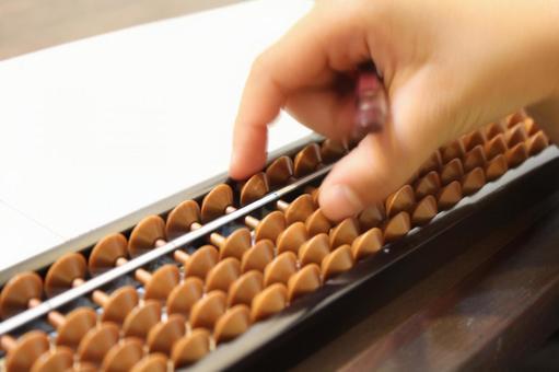 小學生學習算盤的手