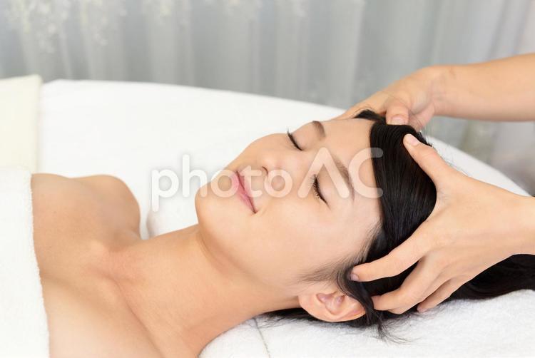 ヘッドスパで寛ぐ女性の写真