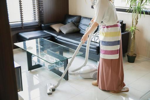 청소를하는 여성