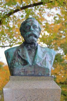 Hokkaido University Clark statue (autumn) 4