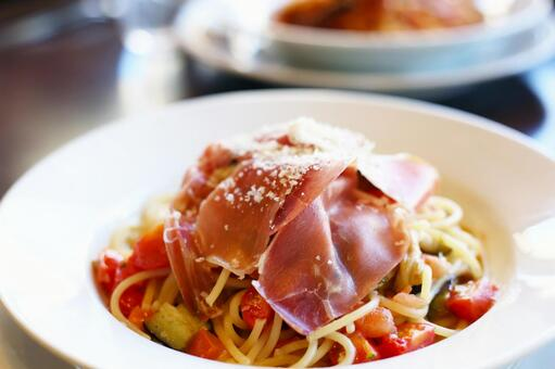Spaghetti with tomato and raw ham