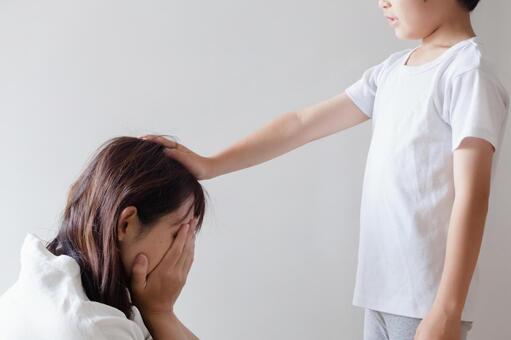 울고있는 어머니를 위로하는 아이들