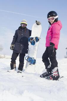 女孩和男孩4的滑雪板滑雪