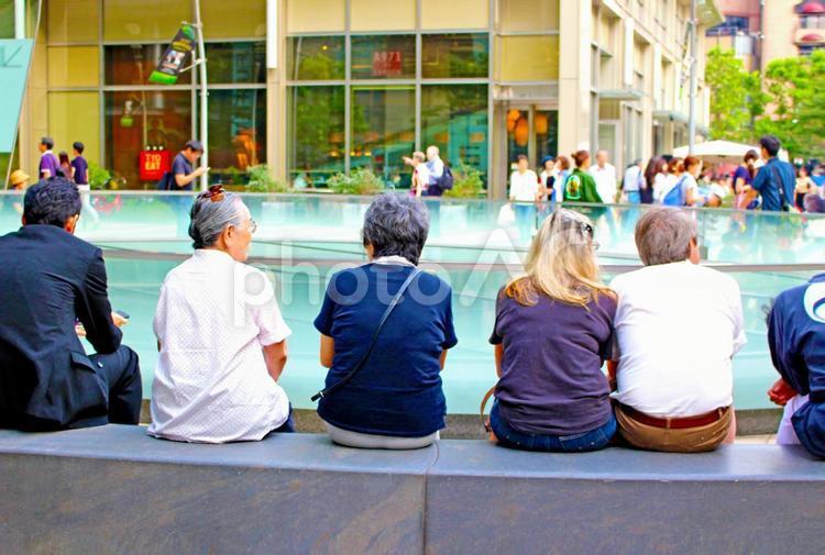 ひと休みする高齢者と外国人の写真