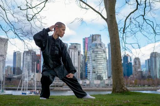 공원에서 태극권을 나는 중국인 남성 (전신)