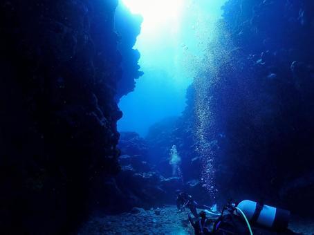 "The mysterious ""blue world"" undersea / Ishigaki Island, Okinawa"