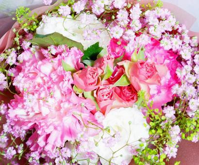 카네이션과 미니 장미와 핑크 먹풀 꽃다발
