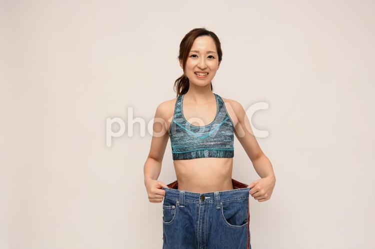 ダイエットが成功して昔のジーンズがぶかぶかな女性の写真