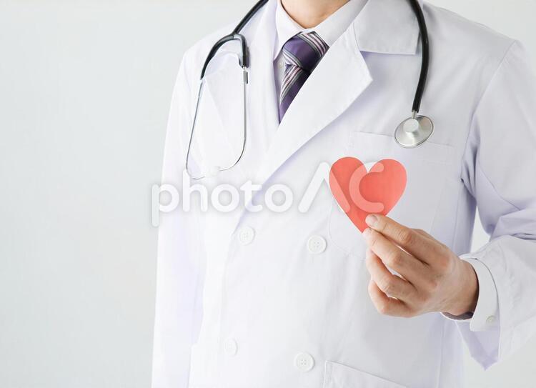 ハートを持つ医師の写真