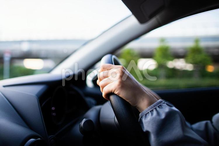 ドライブをする女性の写真