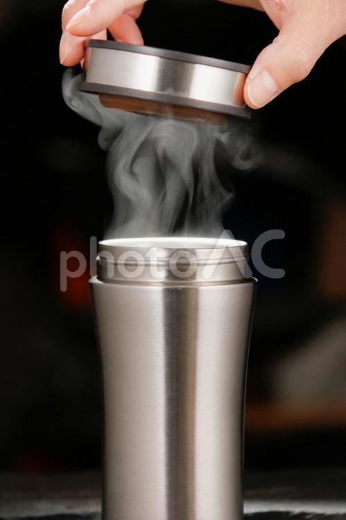 湯気の立ち昇るキャリーマグの写真