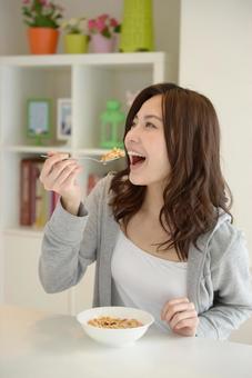 식사를하는 여성 14