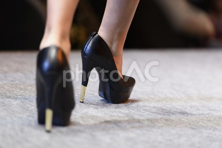 ヒールを履いた女性の足元の写真