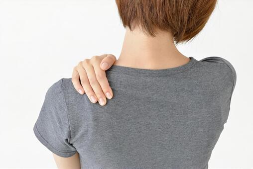 어깨를 누르는 여성