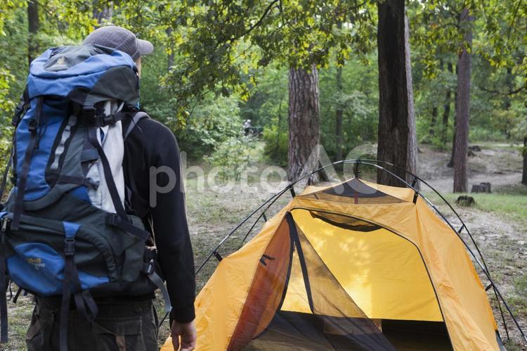 黄色いテントを張った外国人男性1の写真