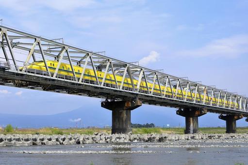 越過醫生黃鐵橋