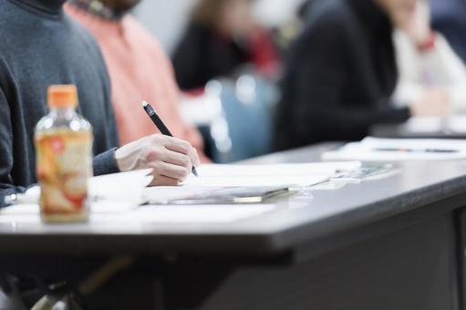 一個男人在一次研討會上做筆記