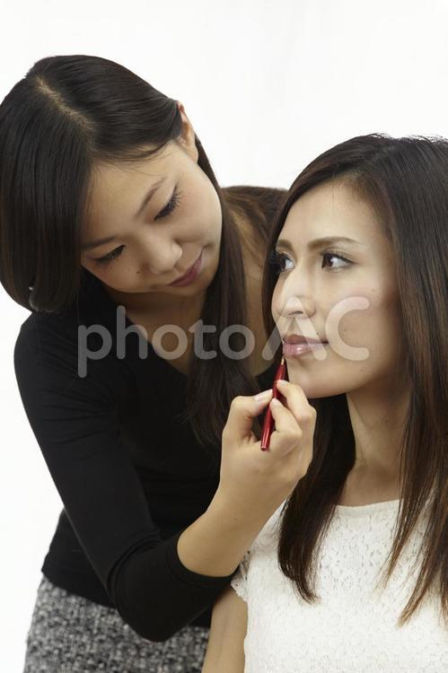メイク中の女性11の写真