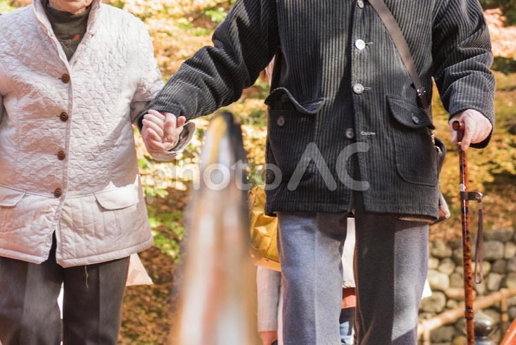 手をつなぐ老夫婦の写真