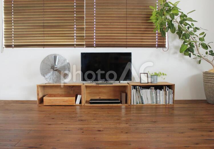テレビ台とリビングの写真