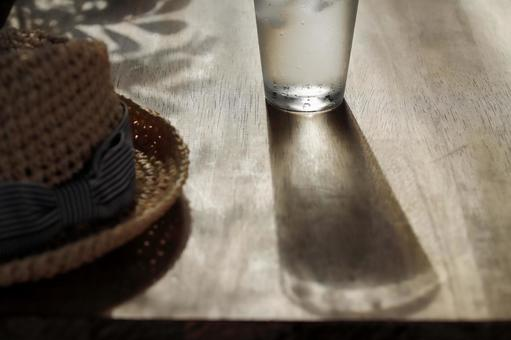夏天回家後喝水光影
