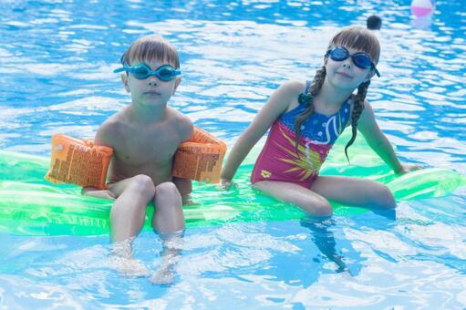 女孩浮乘坐气垫和男孩2