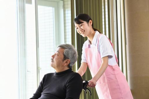 年輕婦女和老人在室內推輪椅