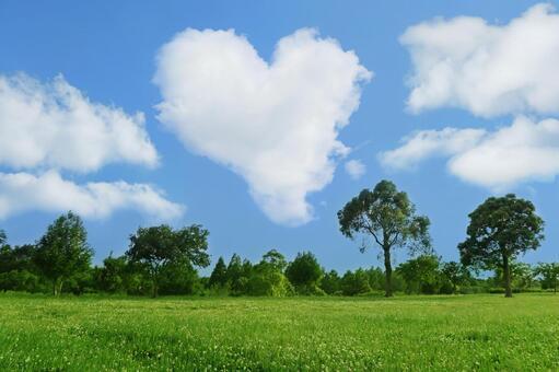 하트 모양의 구름과 푸른 하늘과 자연
