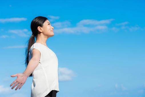 婦女健康形像天空背景