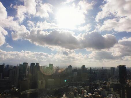 태양과 구름과 도시의 빌딩 군의 전망
