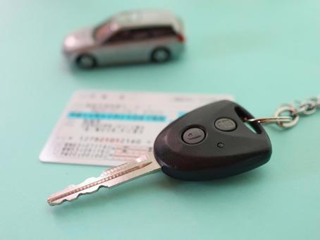 면허증과 자동차 열쇠