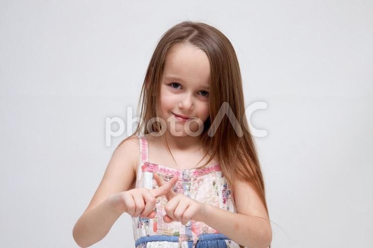 ハンドサインの女の子18の写真